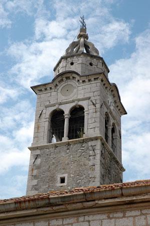Pogled na zvonik cerkve sv. Janeza Krstnika s kamnoseškimi detajli