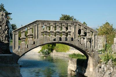 Beneško oblikovan mostiček v Ferrarijevem vrtu
