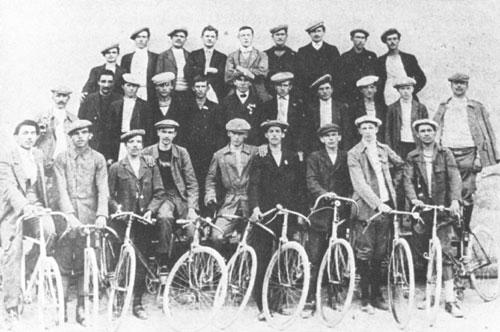 Goriško kolesarsko društvo. Edvard Rusjan je v prvi vrsti drugi z leve.