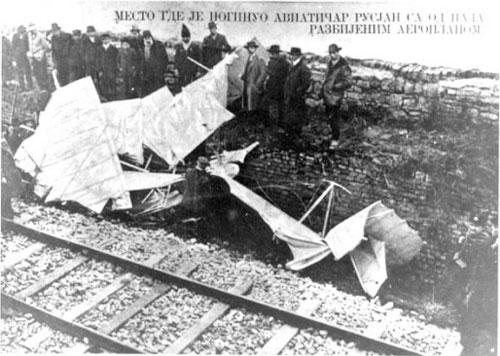 Razbitine letala po padcu na železniški nasip pod Kalamegdanom.