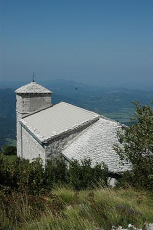 Cerkev sv. Hieronima na zahodni strani Grmade, na vzhodnem pobočju Nanosa