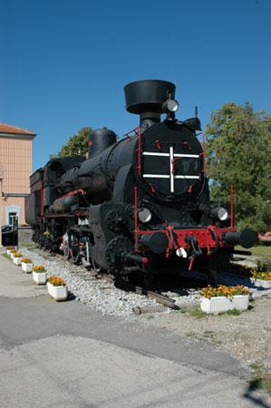 Gorska tovorna lokomotiva JŽ 28-006 na železniški postaji v Divači