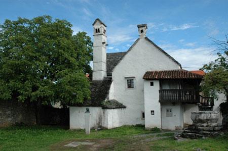 Dvorišče Škrateljnove hiše v Divači