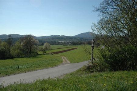 Vas Kal leži v severovzhodnem delu Košanske doline.