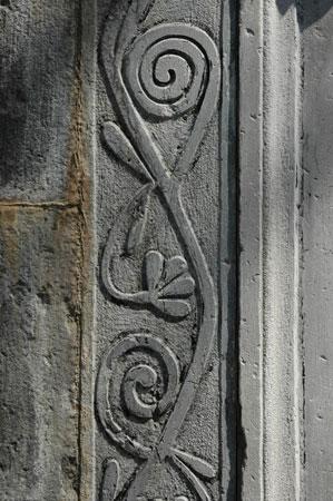 Kamnoseški detajl na ločnem portonu cerkve