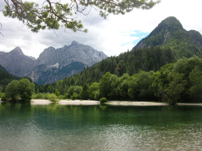 Jezero Jasna in v ozadju Vršič