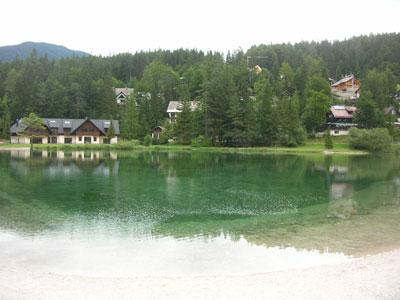 Jezero Jasna in okoliške stavbe