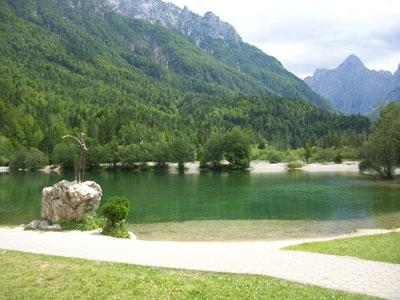 jezero Jasna v smeri proti Vršiču in kip kozoroga
