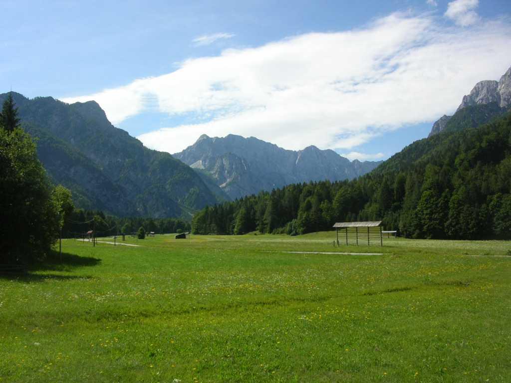 Pogled v dolino pod Poncami in na Mojstrovko
