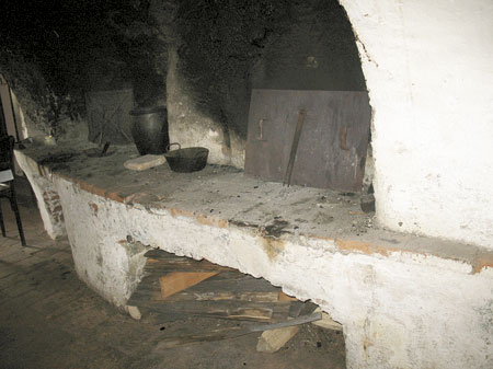 Črna kuhinja z dvema kuriščema