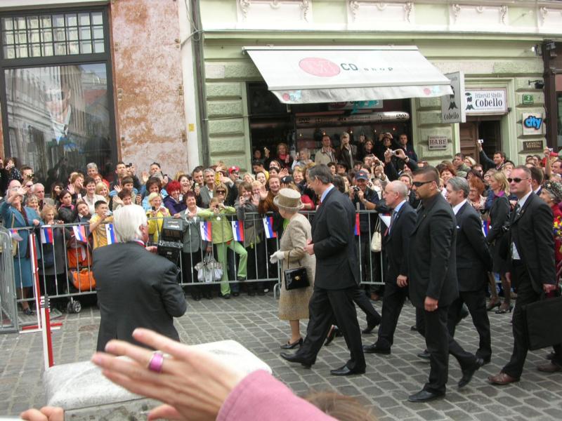 Kraljica v Ljubljani pred hotelom Union