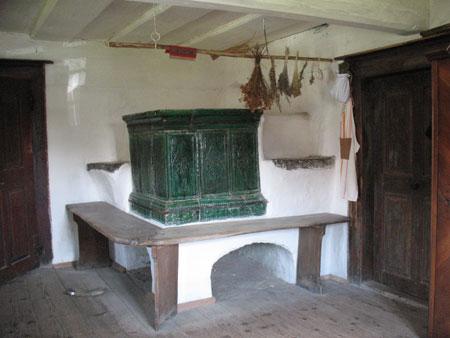 Hiša v hiši je sicer lesena, edino peč je zidana