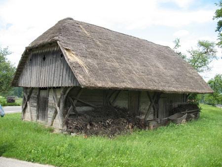 Skedenj je v celoti leseno poslopje, krito s slamo