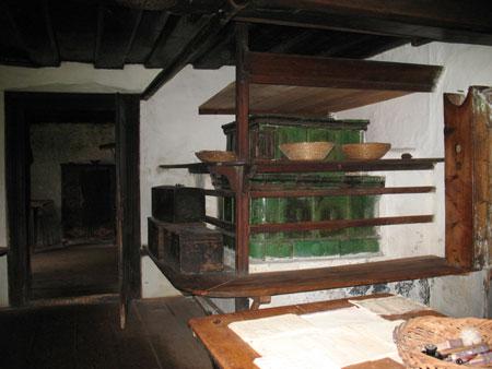 Krušna peč z deskami pod stropom za sušenje sadja, klopmi in lesenimi kovčki