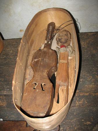 Pletena košara z doma izdelanima