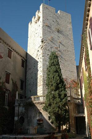 Dvorišče z obrambnim stolpom