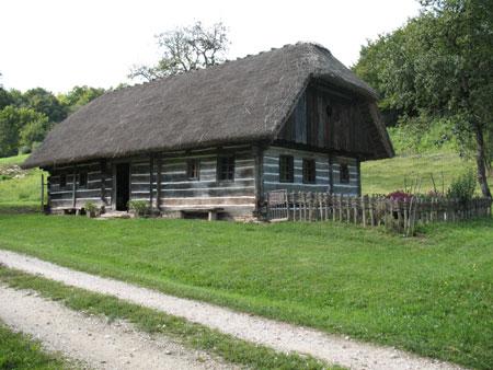 Obnovljeno gospodarsko poslopje v vasi Zagrad, kjer se začne krožna pot po parku