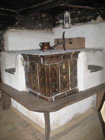 Krušna peč v hiši s kamnitima sedežema