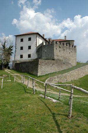 Srednjeveški grad Prem v severovzhodnem delu Brkinov