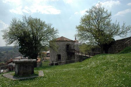 Zunanje dvorišče z vodnjakom in stražnim stolpom