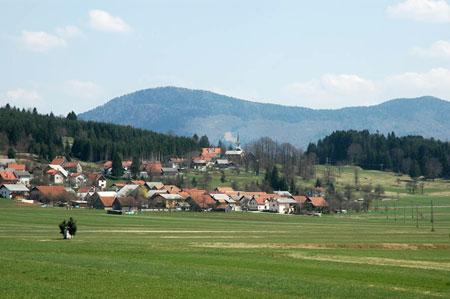 Na zgornjem robu vasi Podcerkev (580 m) stoji podružnična cerkev sv. Martina.