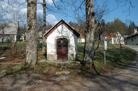 Vaška kapelica na Klancah (690 m). Vas stoji na prevalu med Stražiščem (814 m) in Devinom (787 m).