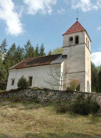 Podružnična cerkev sv. Tomaža na Vrhu (645 m) stoji na samem jugovzhodno od kraja.