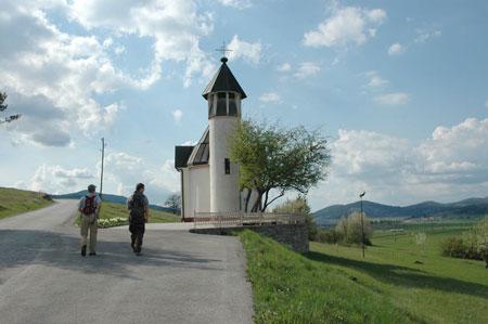 Kapela sv. Družine v Podgori pri Ložu (590 m). Obcestna vas leži na južnem robu Loškega polja, ob cesti, ki se tu začne z dna polja vzpenjati proti Babnemu Polju.