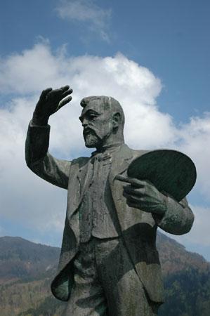 Bronasti spomenik vzorniku slikarju Ivanu Groharju je delo kiparja Toneta Logonderja