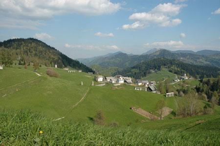 Hribovska vas leži na skrajnem severozahodu Škofjeloškega hribovja