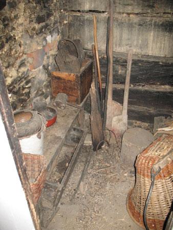 Majhna črna kuhinja z nekaj pripadajočega orodja