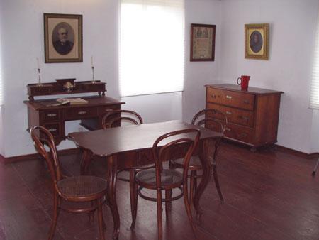 Soba s Pleteršnikovo mizo in portretom ter baročno mizo