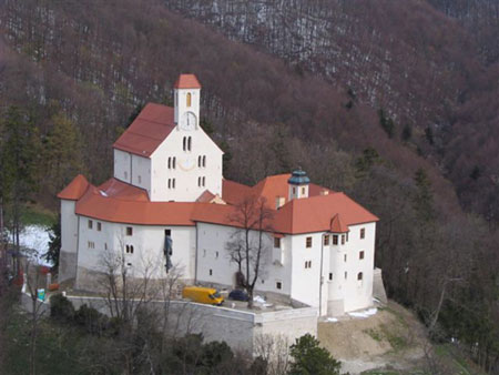 Obnovljen Pišečki grad na griču severovzhodno od vasi