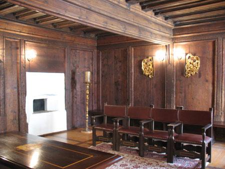 Najimenitnejši prostor v hiši je danes poročna dvorana s profiliranim stropom, pozlačenimi okraski, svečnikom;