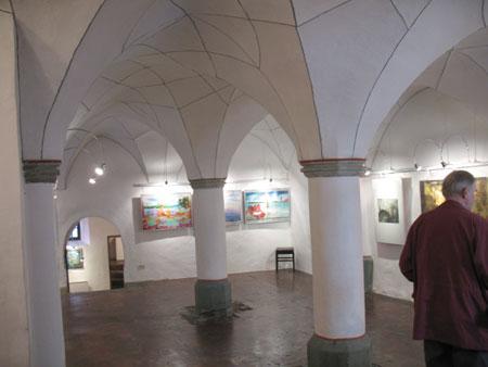 Stebriščna veža je danes likovna galerija, v kateri razstavljajo najpogosteje domači likovniki. Trenutno razstavljata digitalne slike dva avtorja: Leonard Rubins in Borut Grce;