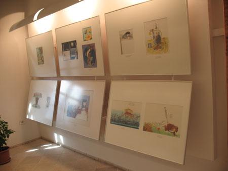 Podstrešni prostor s stalno zbirko knjižnih ilustracij;
