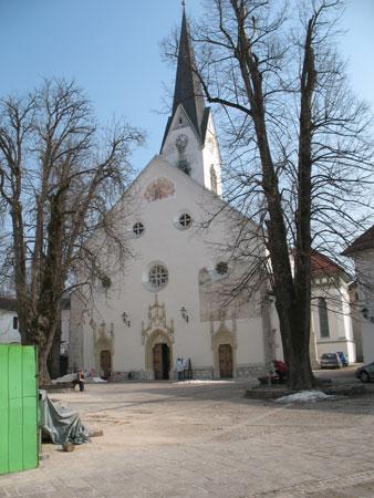 Župnijska cerkev sv. Petra z gotskim korom in poznogotsko ladjo;