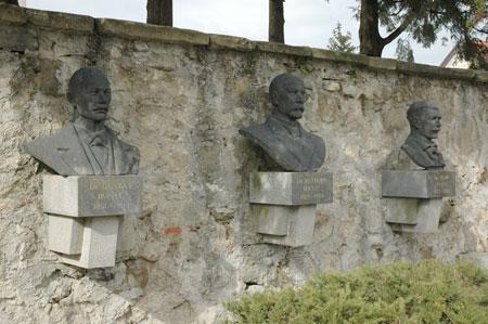 Kipi skladateljev Ipavcev v Šentjurju na Zgornjem trgu