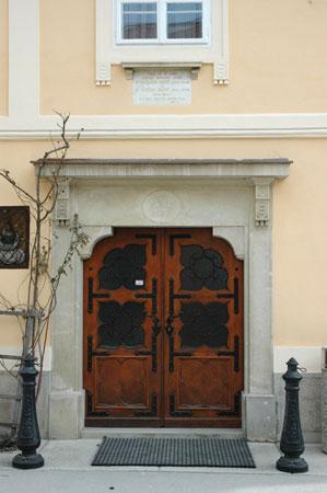 Vhodni portal v Ipavčevo hišo s trto modre kavčine