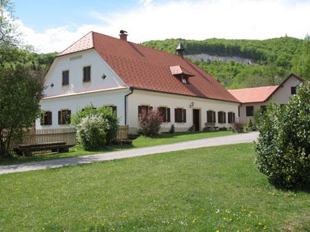 Lepo vzdrževana Brglezova hiša z znamenitim zvoncem na strahi