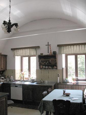 V povsem prenovljeni kuhinji spominja na črno kuhinjo edino še visok velban strop