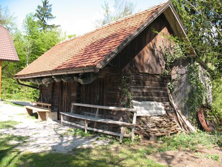 V celoti ohranjen pomožni objekt pri viničarski koči Lešnik