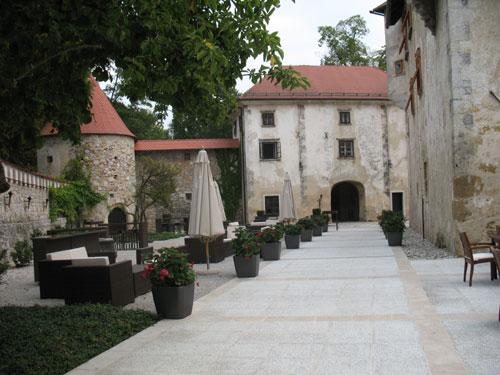 Otočec - grajsko dvorišče