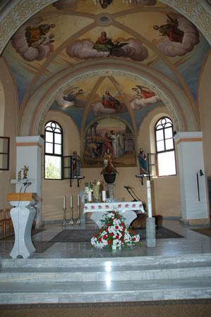 Pogled v prezbiterij v cerkvi Sv. Vida s freskami Simona Ogrina