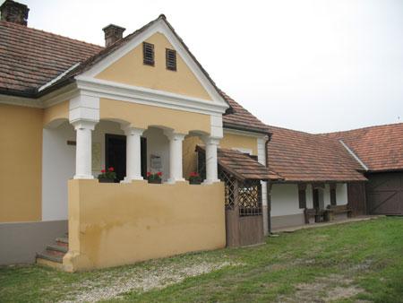 Odprta veranda – šator s štirimi stebri, ki nosijo streho nad vhodom