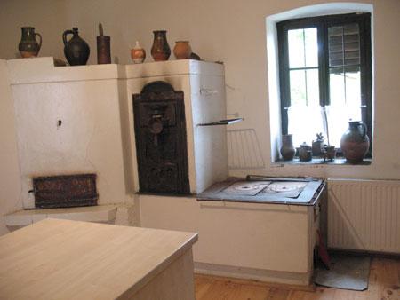 Zidani štedilnik s kotličkom za vodo, pečico in komoro za sušenje