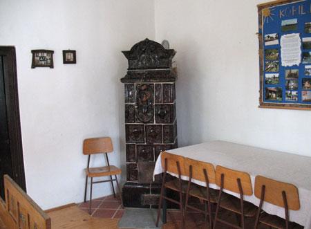 Stara lončena peč v hiši, ki služi kot razstavni prostor za izdelke domače obrti