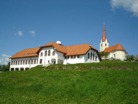 Prevorje: cerkev sv. Ane in OŠ Prevorje z astronomskim observatorijem