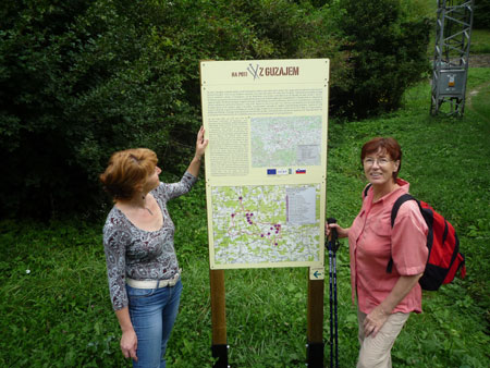Pohodnici ob informacijski tabli na Poti z Guzajem