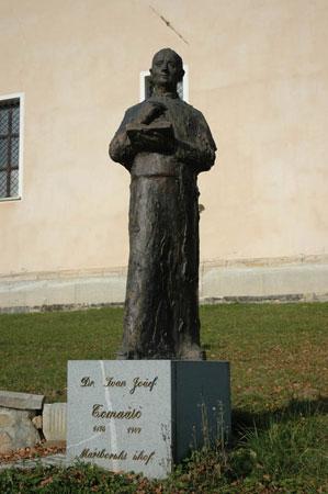 Spomenik lavantinskemu škofu Ivanu Jožefu Tomažiču stoji na južni strani cerkve